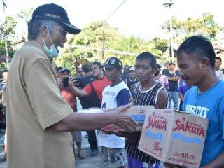 Penambang Pasir Kampung Ladang Dapat Bantuan Sembako dari Pemkab Sintang