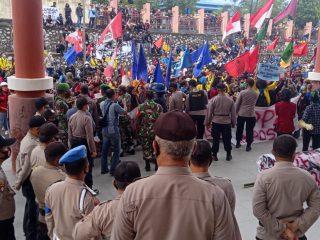 Aliansi AMARAH Unjuk Rasa Tolak UU Cipta Kerja di Halaman DPRD Sintang